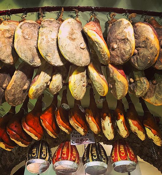 Antica salumeria rome italie jambons accrochés plafond