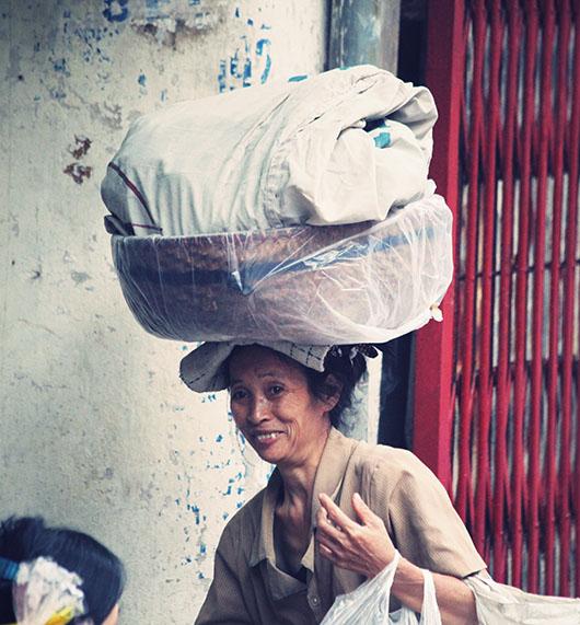 Femme rue hanoi vieux quartier vietnam