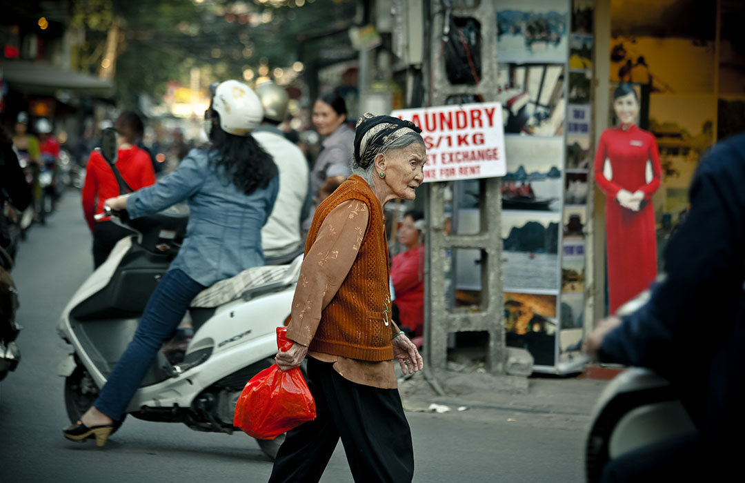 Hanoi Street vietnam femme traverse