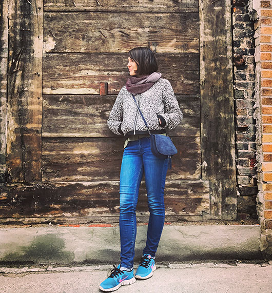 Justine Expatriée Française Montreal Canada Quebec Street Style Interview mur bois