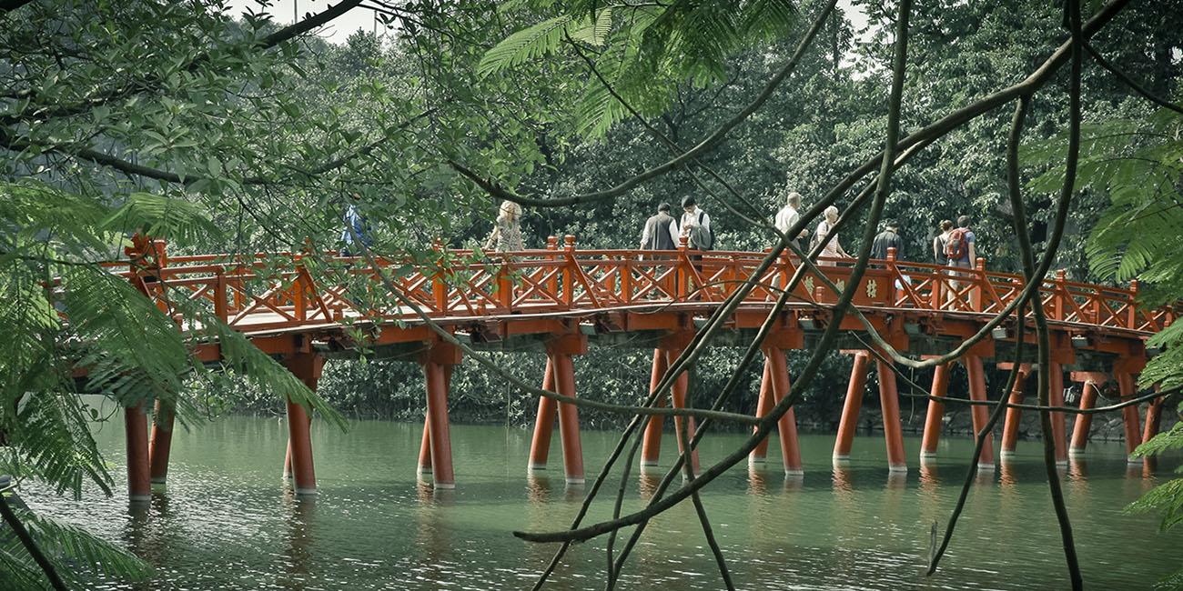 Lac hoan kiem the duc bridge vietnam hanoi