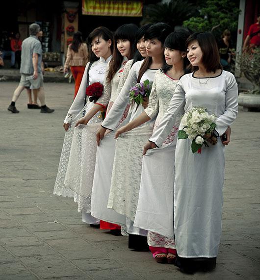 Temple de la littérature hanoi vietnam jeunes filles costume traditionnel