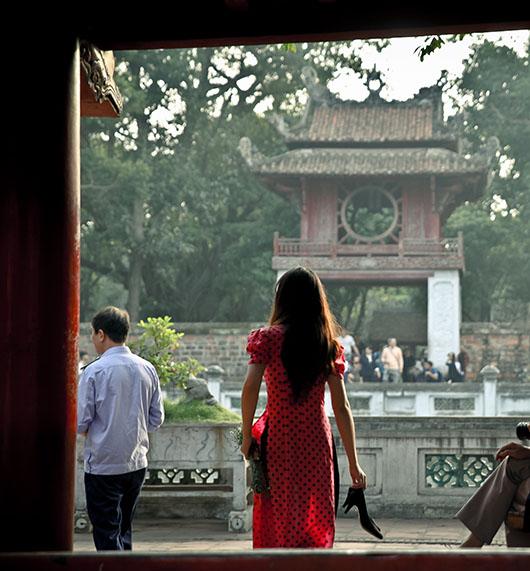 Temple de la littérature hanoi vietnam femme de dos